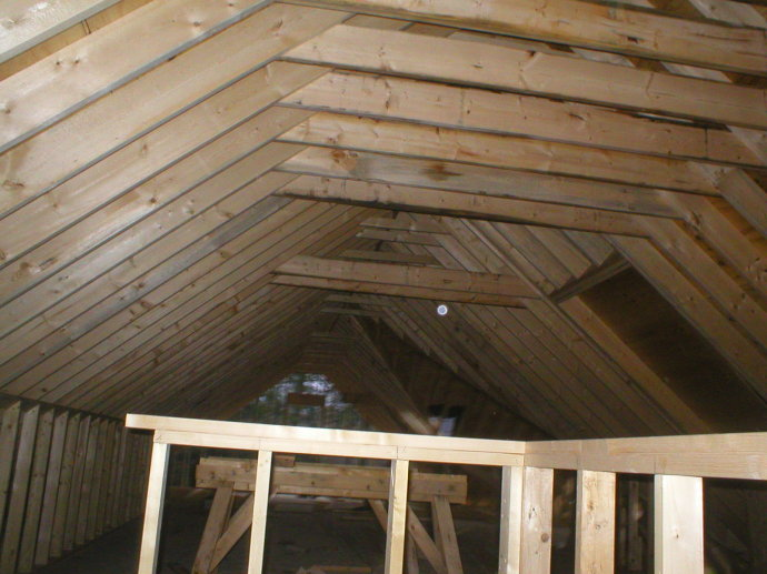 屋顶木结构承重屋架框架的外侧,已经开始铺设壹层黑色的专用防水,透潮